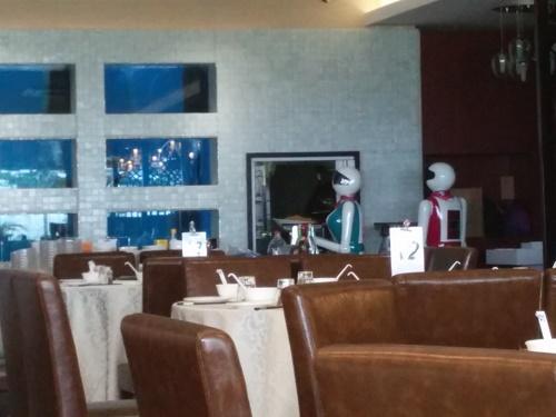 調理場の入り口で料理を待つロボット