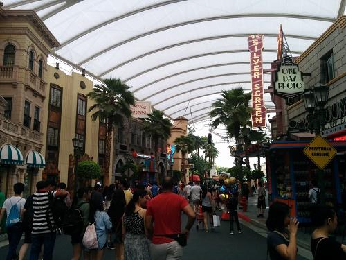 入口入ってすぐの通り。ディズニーと構造は似ているような