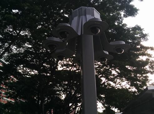 鈴なりの監視カメラ in シンガポール