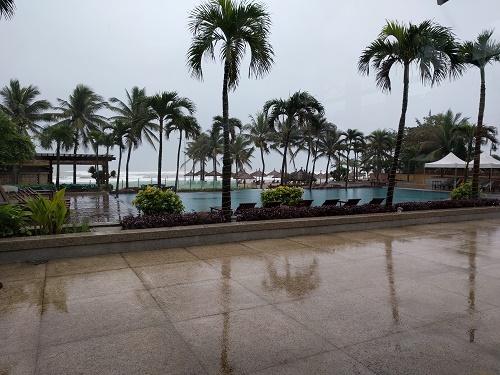 雨に濡れたプールサイド