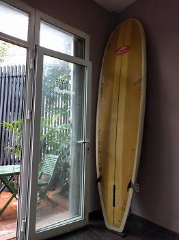 入口にかけられたロングのサーフボード
