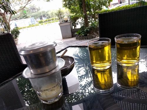 ベトナムコーヒーと水代わりにどこでも出てくる蓮のお茶