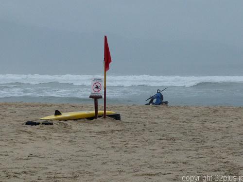 プライベートビーチをバイクで疾走する釣り人のおっちゃん