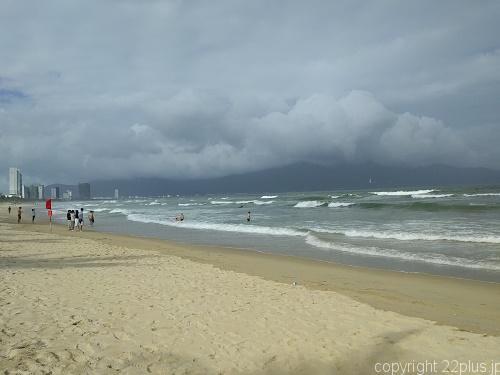 観光客でにぎわうダナンのビーチ