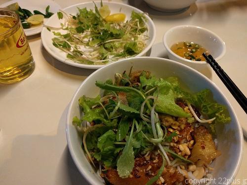 野菜をもりもり載せるベトナムの麺