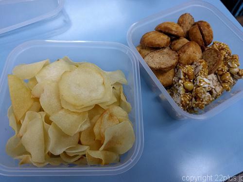 旧正月のお菓子(左がくわいチップス)