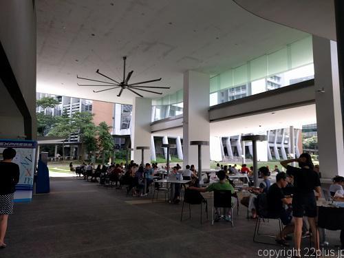 EDUCATION RESOURCE CENTREの1階で勉強してる学生たち