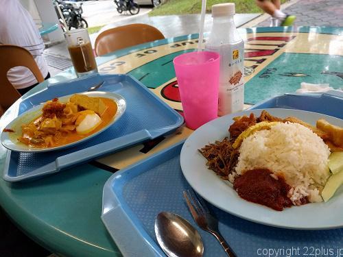 コーヒーショップでナシレマとカレーの朝食