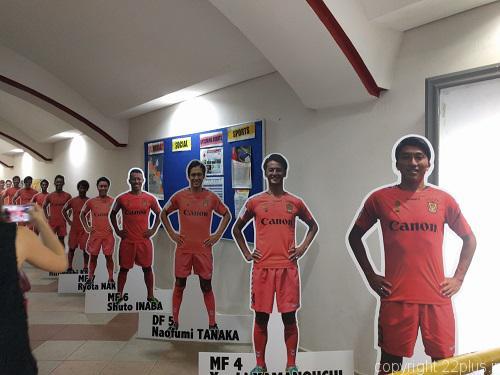 ジュロン・イースト・スタジアム内の廊下にあるアルビレックス新潟シンガポールの選手のパネル