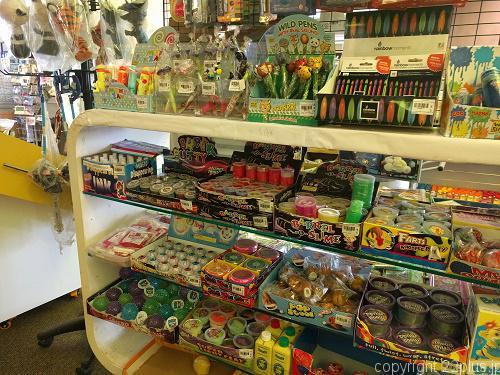 おもちゃが多い売店