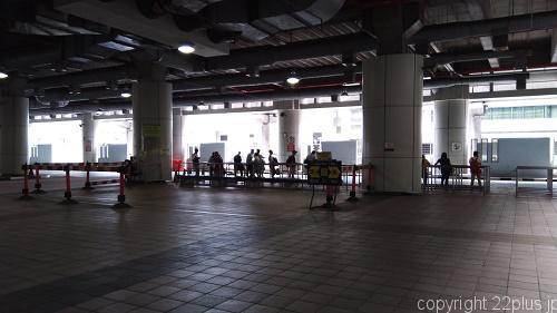トゥアス・チェックポイントのバス乗り場