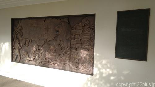 シンガポールの歴史を描いた銅板