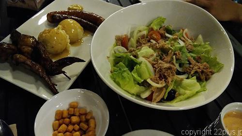肉皿とサラダ