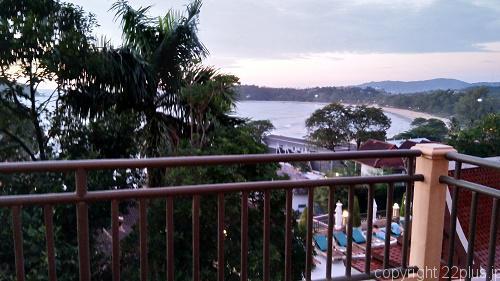 バルコニーからちらっと見える海