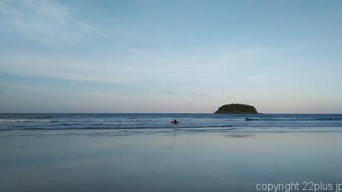 波を独占状態のプーケット早朝サーフィン