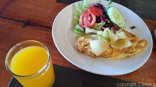 朝食のオムレツ(カレーをかけたら美味だった)