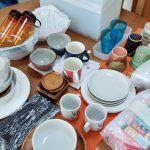 ダイニングテーブルに並べた食器類
