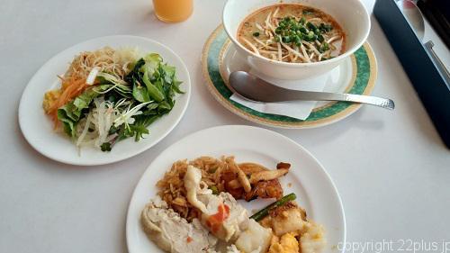 シンガポール料理のブッフェ(右上はラクサ)