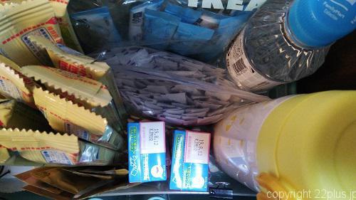 現在のわが家の調乳用品コーナー。キューブの粉ミルクのほか、液体ミルク、麦茶、とろみ剤を用意しています。